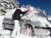 femme déneige sa voiture