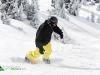 Snowboardeur jaune sur les pistes