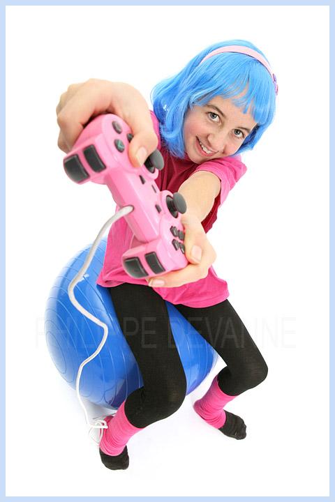 Jeune fille avec manette de jeux