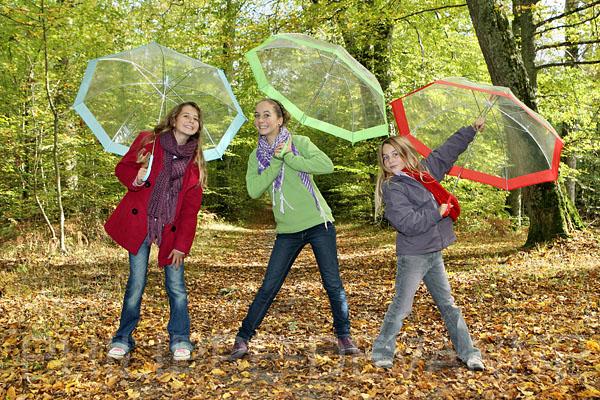Automne, 3 jeune filles avec parapluies