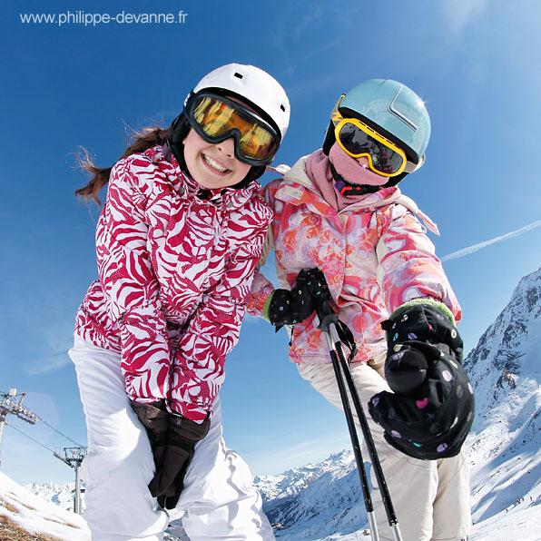 Portrait skieuse avec ciel bleu