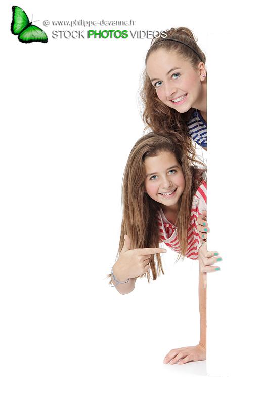 Jeunes filles pancarte panneau blanc