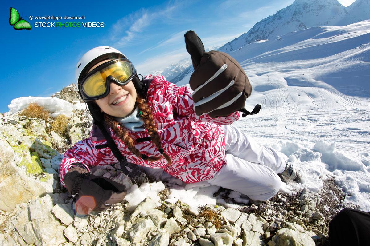 Jeune skieuse montre du doigt OK