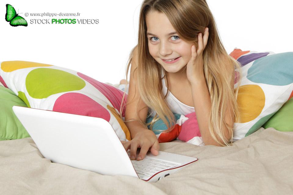 Sourire enfant avec ordinateur © philippe Devanne