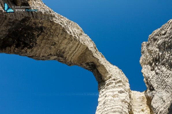 L'arche de la porte d'Aval de la Falaise d'Étretat sur le littoral de la Manche en pay de Caux , département de seine-Maritime, région Haute-Normandie, France
