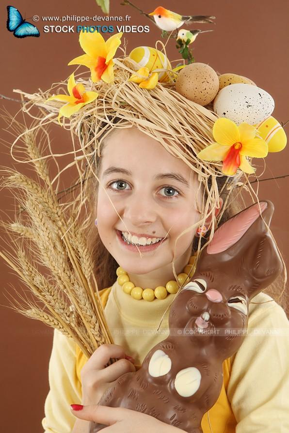Portrait enfant avec  chapeau nid et oeufs de Pâques