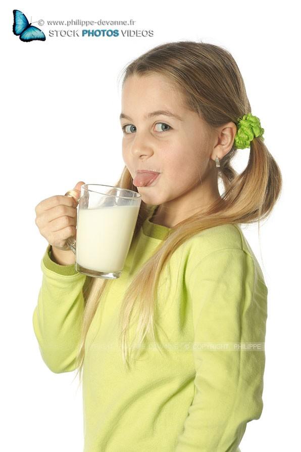 Jeune fille boit du lait plein de vitamines et calcium