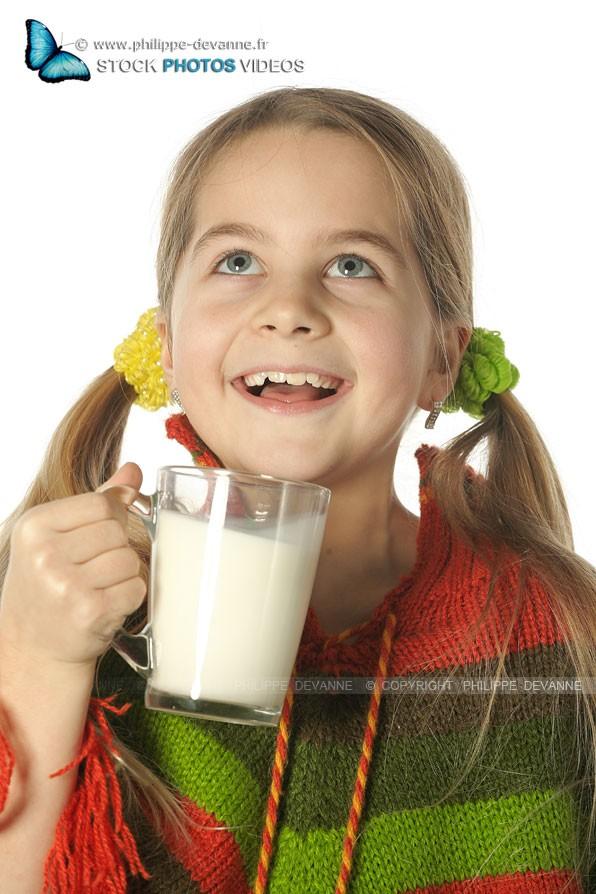 Jeune fille heureuse de boire du lait avec grand plaisir
