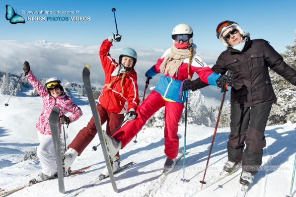Vacances de ski et sport d'hiver en famille sur les pistes de ski enneigées