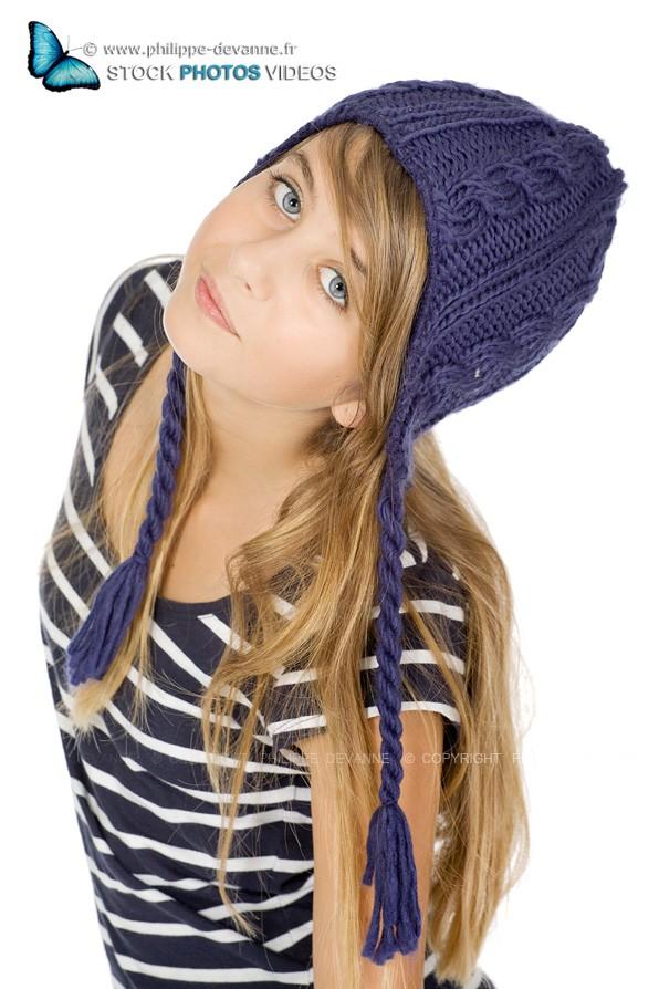 Portrait studio Jeune fille avec bonnet sur fond blanc