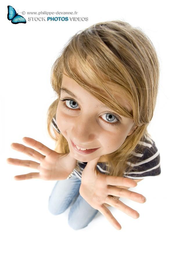 portrait adolescente caricature montrant ses mains ouvertes,  au grand angle,  isolé sur fond blanc