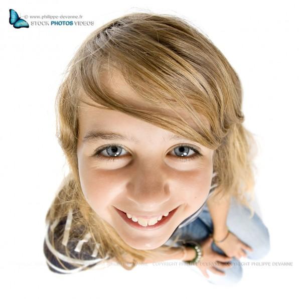 caricature sourir jeune fille au grand angle isolé sur fond blanc