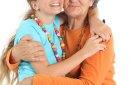 Calins entre  grand-mère et petite fille