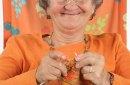 Grand-mère dans un fauteuil fait du tricot