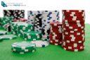 Jetons de casino sur feutre vert