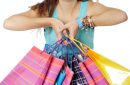 Jeune fille rêveuse fait du shopping