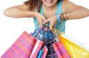 Jeune fille portant des sacs cadeaux