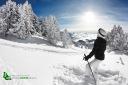 Skieuse regardant la vallée