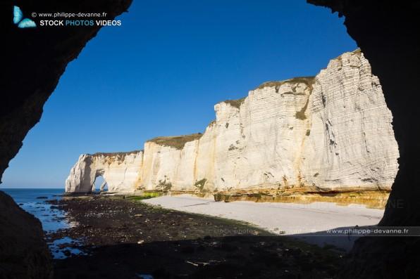 Falaise d'Étretat vue de la pointe de la Courtine  sur le littoral de la Manche en pay de Caux , département de seine-Maritime, région Haute-Normandie, France