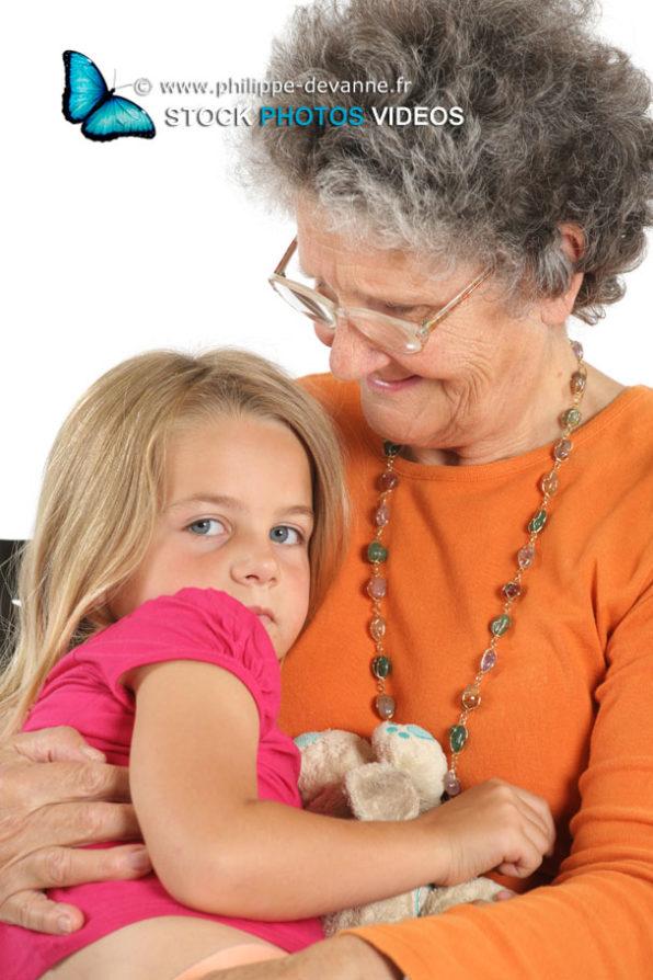 Calins entre une  grand-mère et sa petite fille
