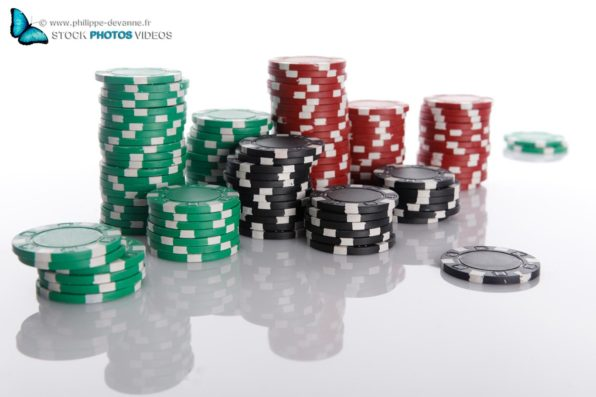Jetons de poker sur fond blanc