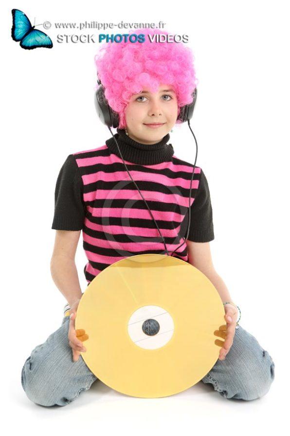 Jeune fille avec cheveux roses tient un  large disque vintage or , isolée sur fond blanc